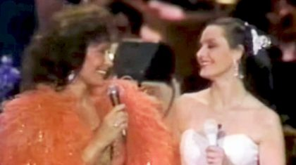 Loretta Lynn & Crystal Gayle Dazzle In Once-In-A-Lifetime Duet Of Their Famous Songs