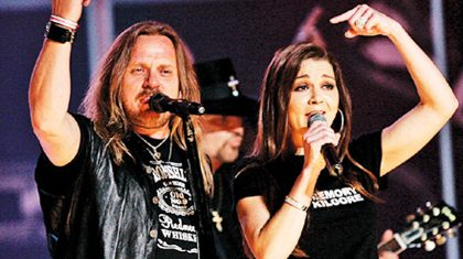 "Gretchen Wilson & Lynyrd Skynyrd Team Up For Epic ""Free Bird"" Grammys Show"