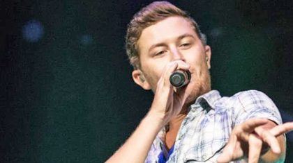 "Scotty McCreery Performs 'Hello Darlin"" In Front Of A Country Legend"