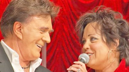 """T. G. Sheppard & Kelly Lang Perform Romantic """"Islands in the Stream"""" Duet That Will Melt Your Heart"""