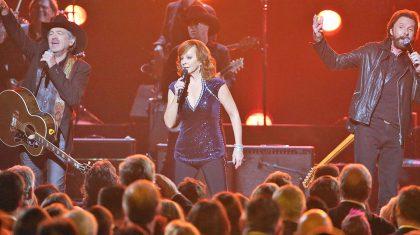 "Reba and Brooks & Dunn Bleed Patriotism In Energetic ""Only In America"" Performance"