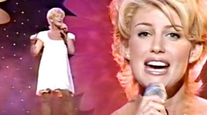 """Pregnant Faith Hill Delivers Flawless """"This Kiss"""" Performance At 1998 ACMs"""