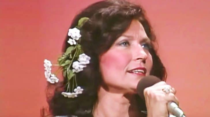 Loretta Lynn Is The Picture Of Perfection In Old-School Performance Of 'Coal Miner's Daughter' | Country Music Nation