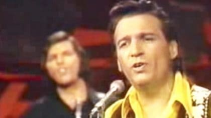 Waylon Jennings Dresses Up 'Me And Bobby McGee' With Rich Vocals & Rockin' Guitars