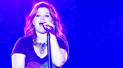 Kelly Clarkson Tugs At Heartstrings With Cover Of Reba McEntire's 'The Greatest Man I Never Knew'