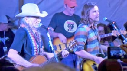 "Willie Nelson And Son Lukas Make Waylon Jennings Proud In Incredible ""Mammas"" Duet"