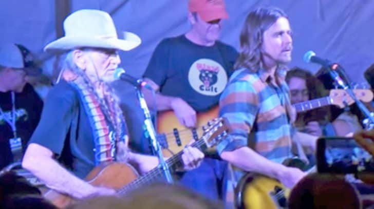 "Willie Nelson And Son Lukas Make Waylon Jennings Proud In Incredible ""Mammas"" Duet 