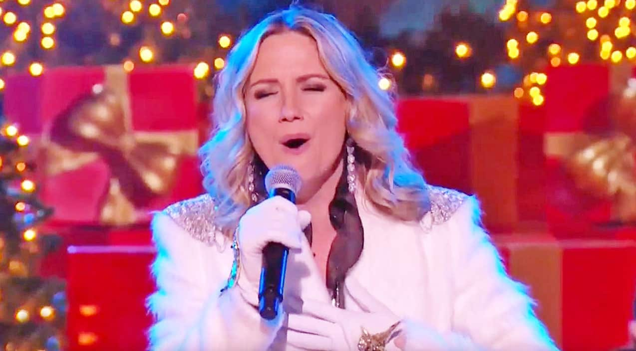 Jennifer Nettles Is Beyond Delightful In Performance Of Beloved ...