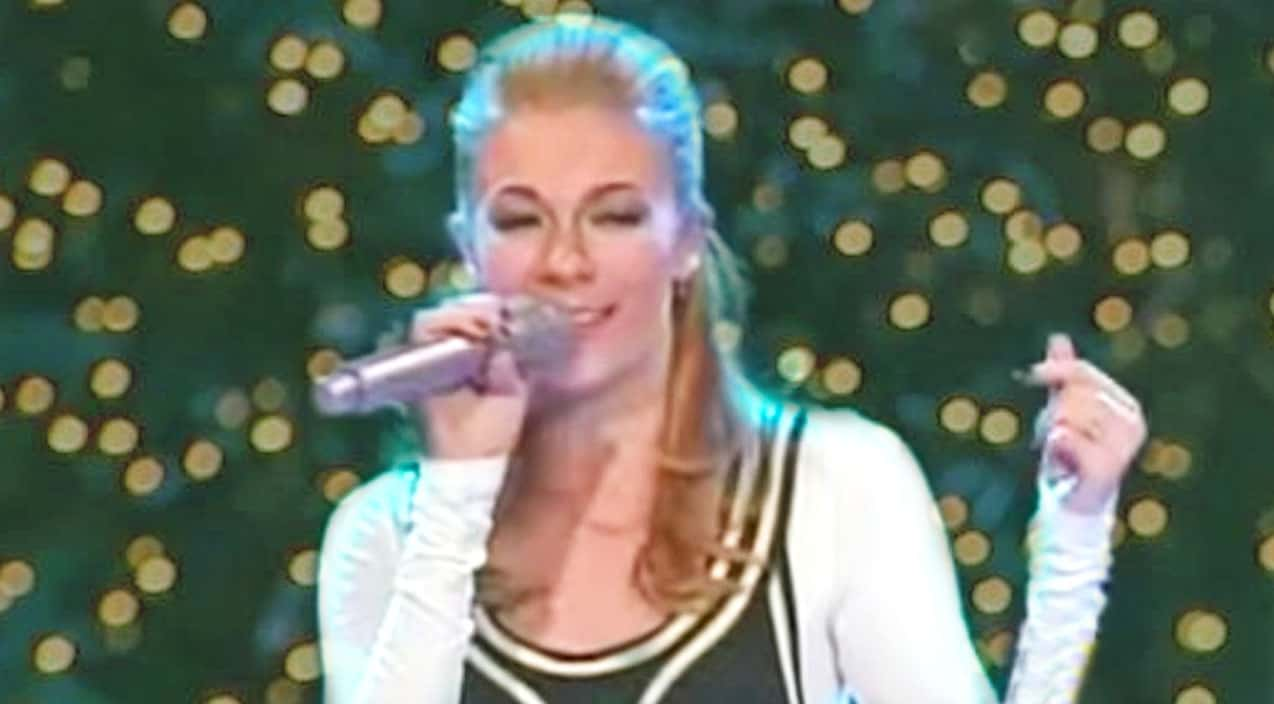 Who Sang Rockin Around The Christmas Tree.Leann Rimes Shimmies Around The Stage While Singing Rockin