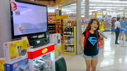 Girl Walks Up To Karaoke Machine & Surprises Shoppers With Jaw-Dropping Dolly Parton Hit