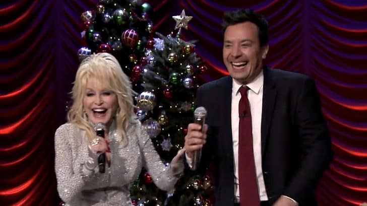 Jimmy Fallon Christmas.Dolly Parton And Jimmy Fallon Can T Stop Laughing During